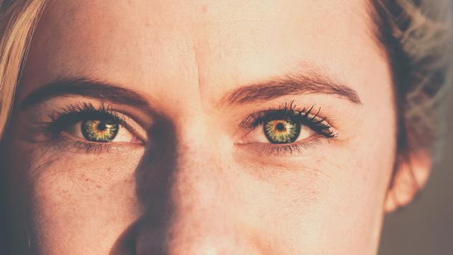 Lima Manfaat Melakukan Kontak Mata Saat Ngobrol dengan Lawan Bicara