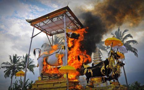 5 Upacara Pembakaran Jenazah yang Unik Ini Dilakukan di Indonesia