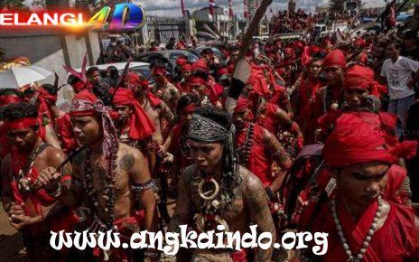 5 Tradisi Unik Suku Dayak, Tak Hanya Kuping Panjang
